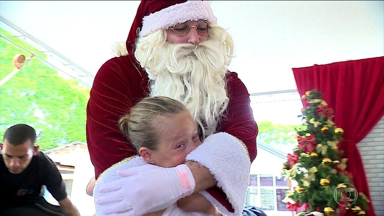 Resultado de imagem para Papai Noel visita crianças e jovens que se tratam contra o câncer, em Porto Alegre.