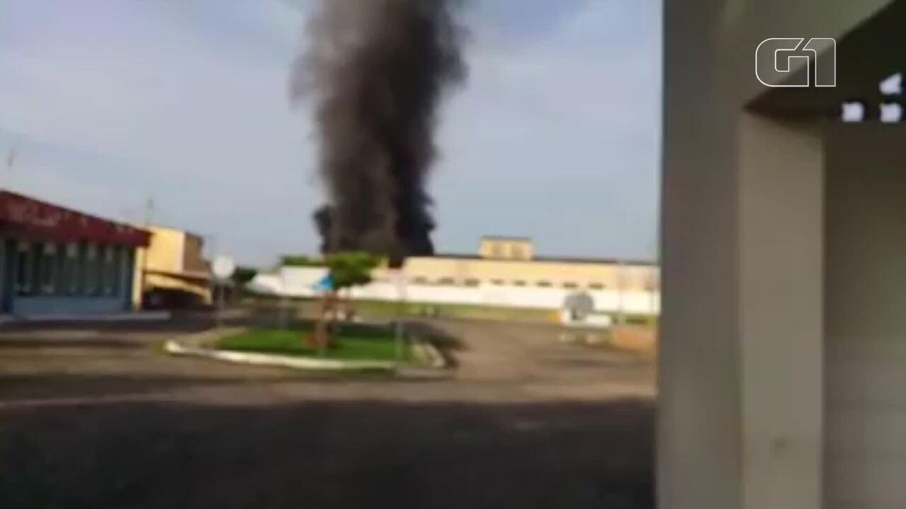 Incêndio atinge depósito de empresa na cidade de Sobral