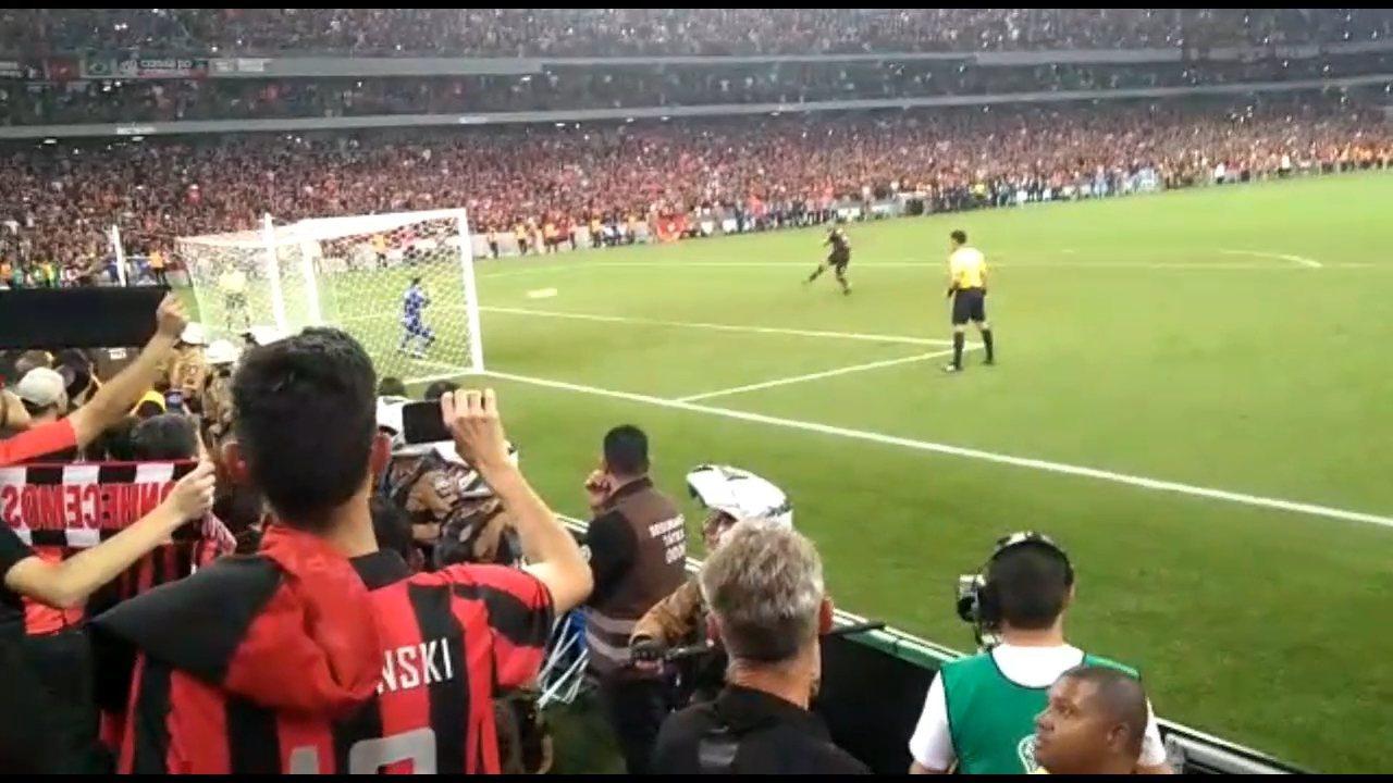 O gol de Thiago Heleno visto pela torcida: reveja o pênalti por outros ângulos