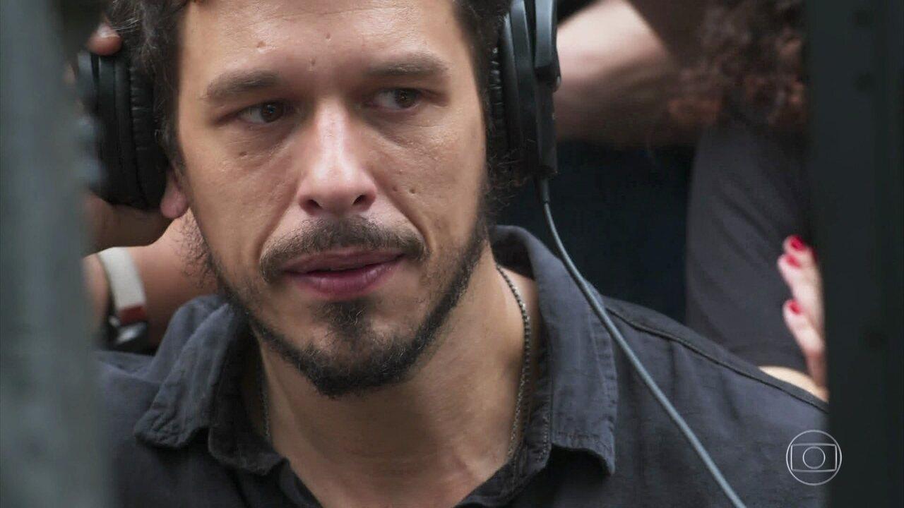 'Espelho da Vida': Alain (João Vicente de Castro) se emociona com a interpretação de Cris (Vitória Strada) como Julia Castelo