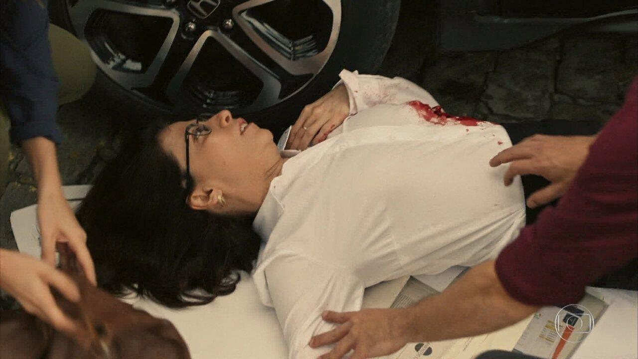 Renata (Fernanda Torres) é baleada por paciente e Evandro (Julio Andrade) a salva