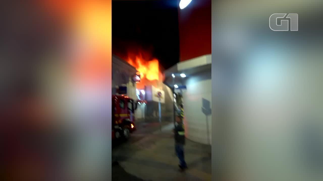 Vídeo mostra momento em que estrutura de loja desaba durante incêndio em Montes Claros