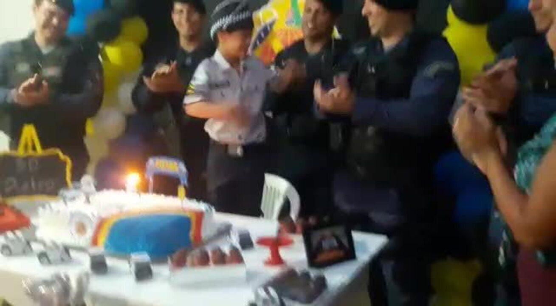 Resultado de imagem para Menino com síndrome de Down ganha festa de aniversário com o tema da Polícia Militar no DF