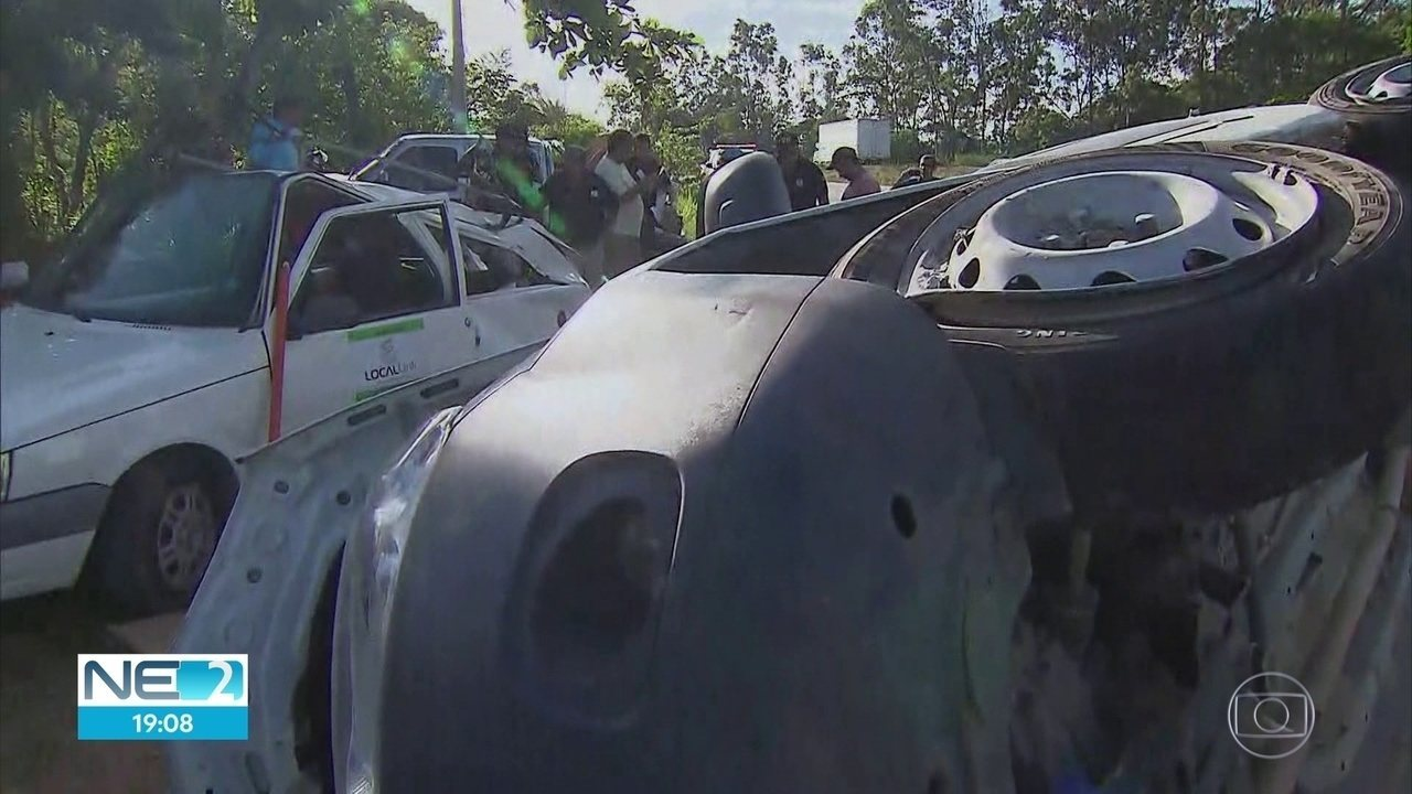 Acidente com ambulância deixa três pessoas mortas e três feridas na BR-232, em Moreno