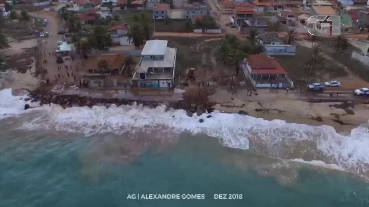 Mar avança sobre rodovia em Barra de Cunhaú no RN
