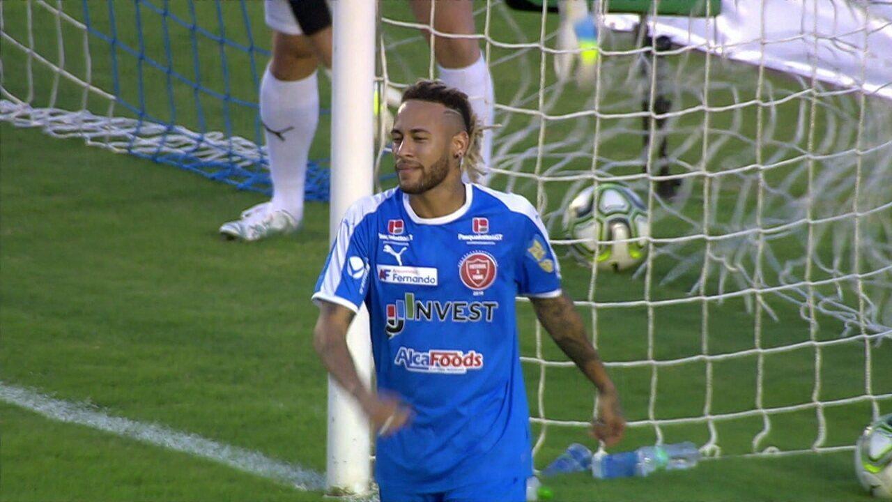 Confira lances de efeito de Neymar e Vinícius Júnior em jogo beneficente