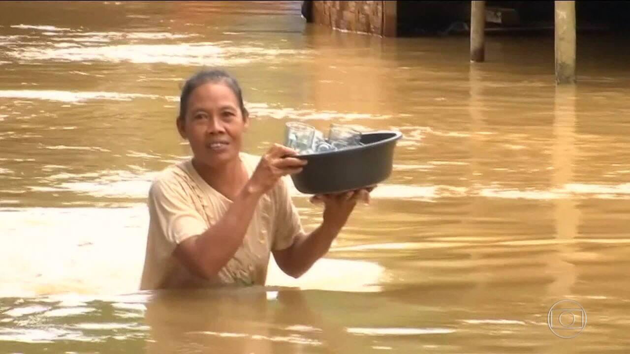 Moradores tentam voltar para casa depois de tsunami na Indonésia