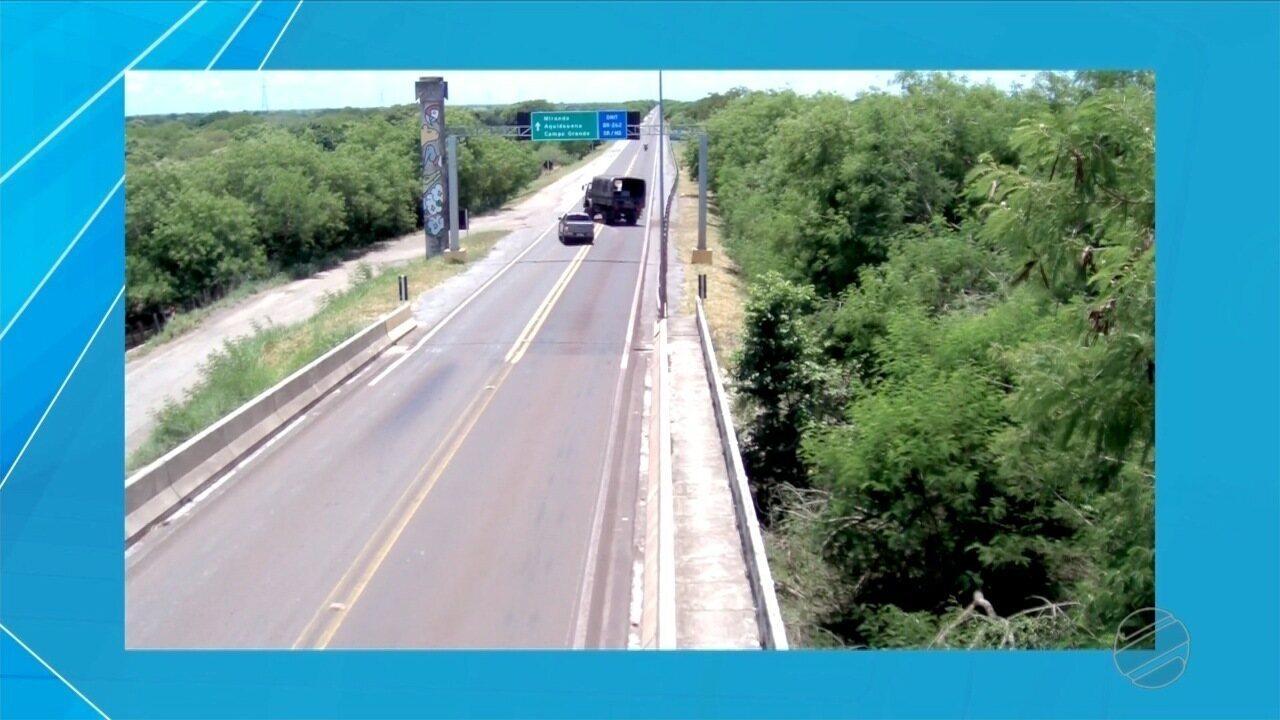 Vídeo mostra acidente entre caminhonete e caminhão do Exército