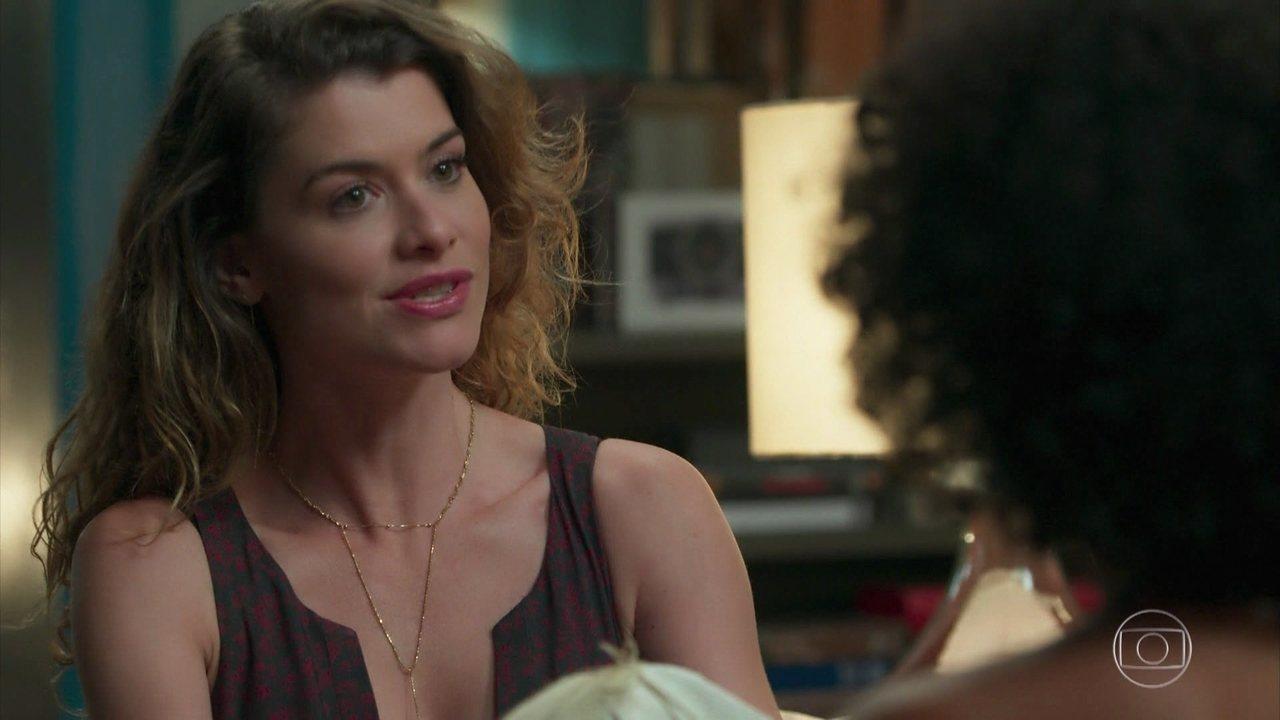 Sheila entrega a Isabel um embrulho com um bilhete de André
