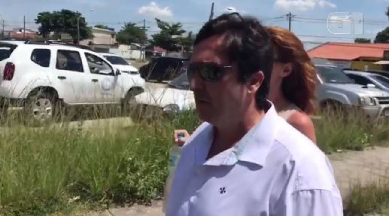 Fábio Felippe chega à delegacia em Pedra de Guaratiba