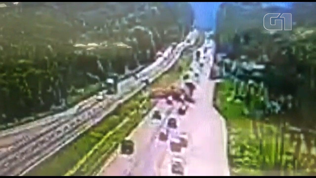 Vídeo mostra caminhão invadindo pista contrária na BR-277; um morreu e 9 ficaram feridos