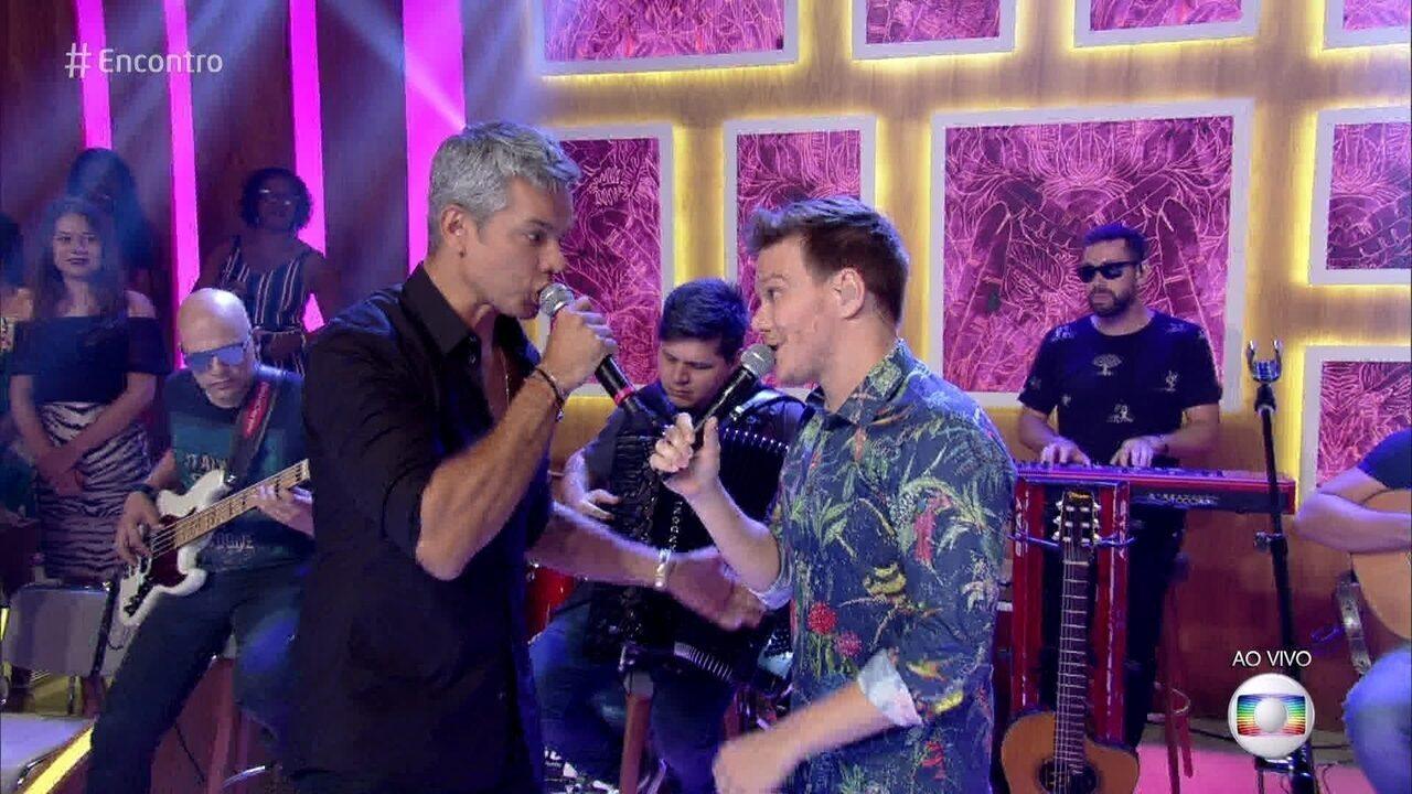 Michel Teló canta 'Tocando em Frente' com o apresentador Otaviano Costa