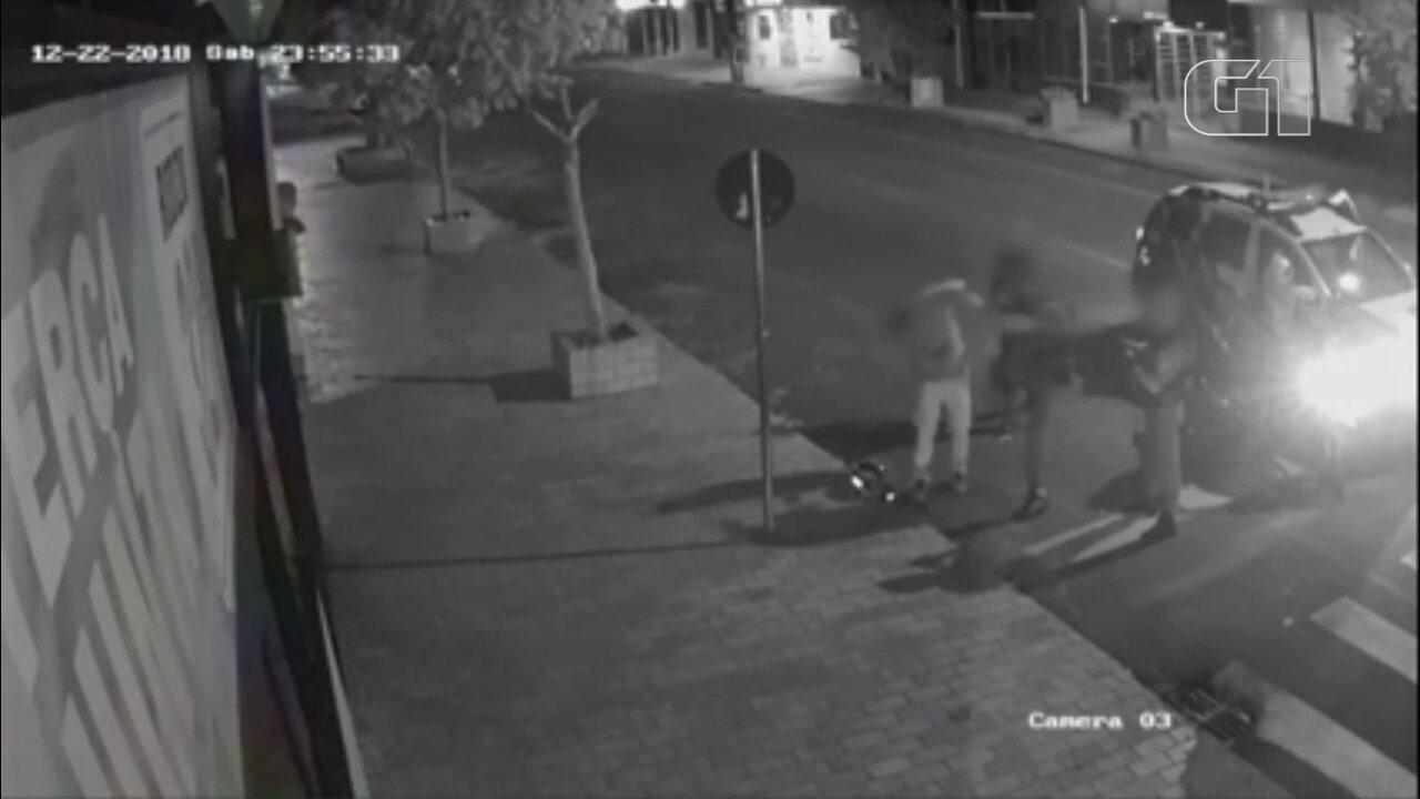Guardas municipais de Cascavel são afastados após vídeo em que agridem homem