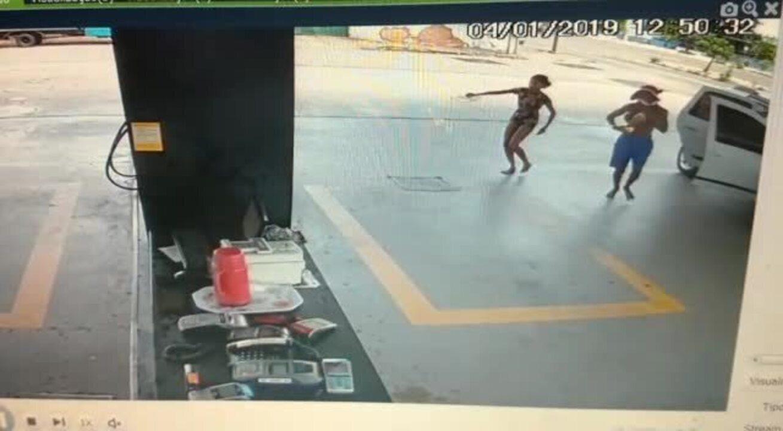 Bando joga combustível e tenta incendiar posto em Fortaleza
