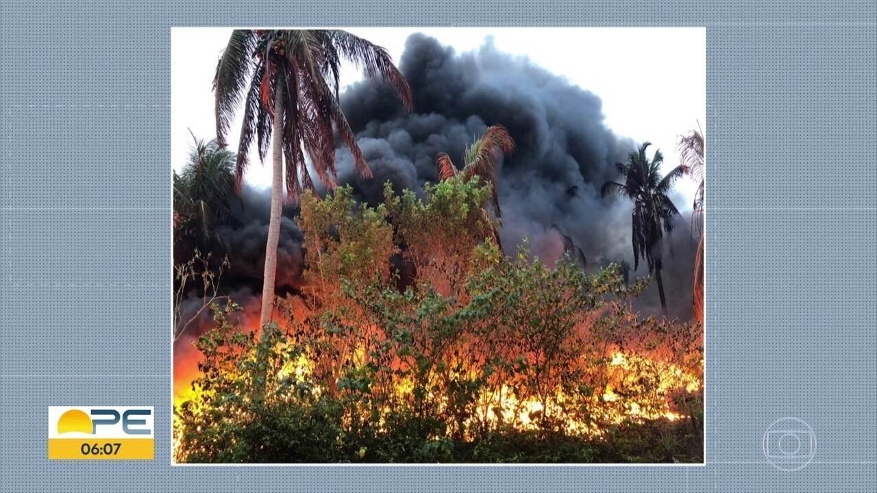 Incêncio em fábrica de plástico é controlado por bombeiros depois de 15 horas de trabalho