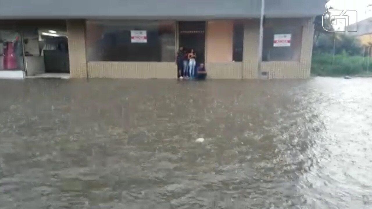 Avenida Voluntáio Fernando Pinheiro Franco, em Mogi, é tomada pela água