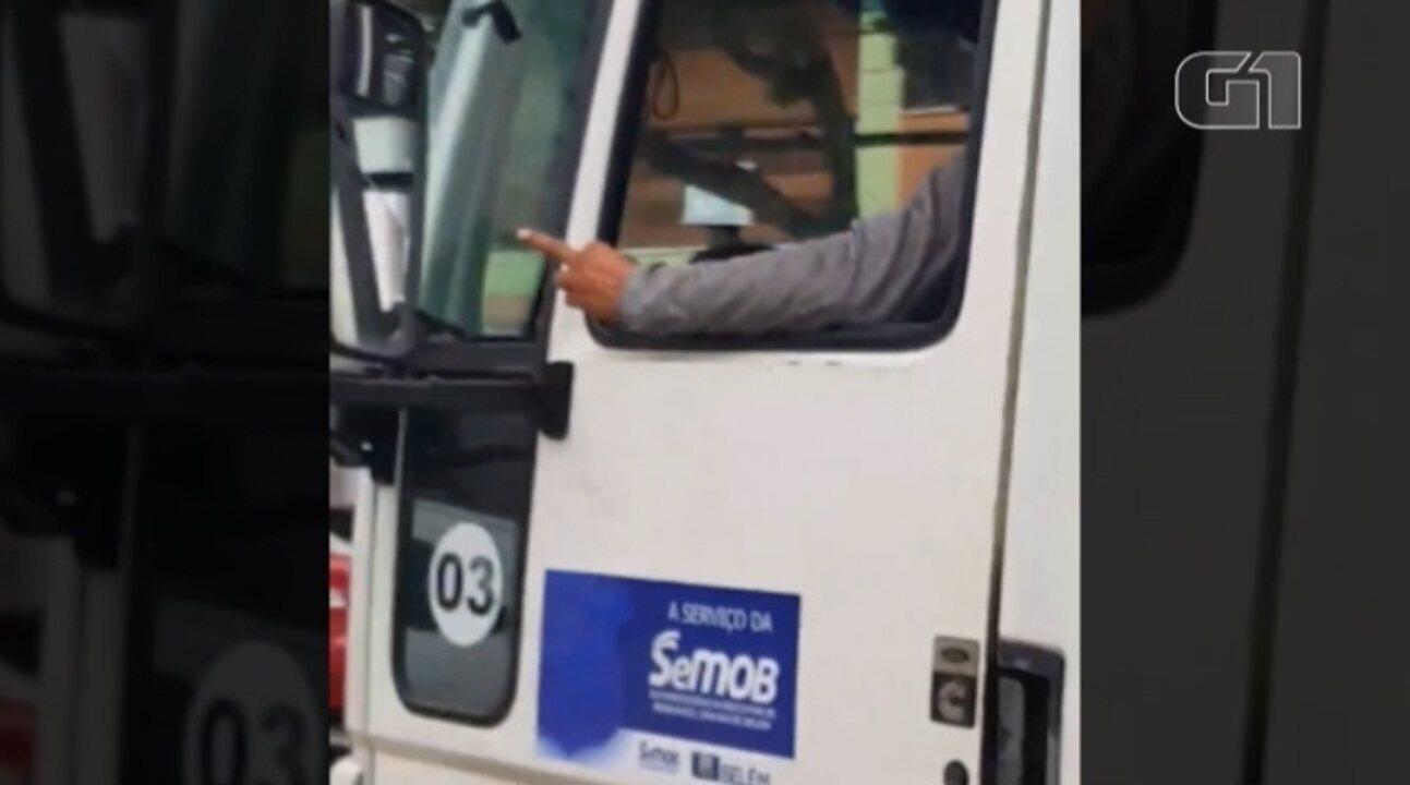 Condutor de reboque faz gesto obsceno para motorista durante confusão em Belém