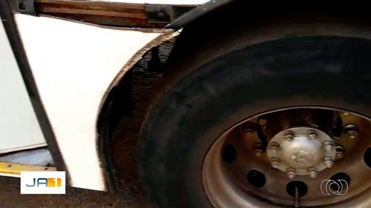 Pneu de ônibus estoura e deixa passageiros feridos em Goiânia