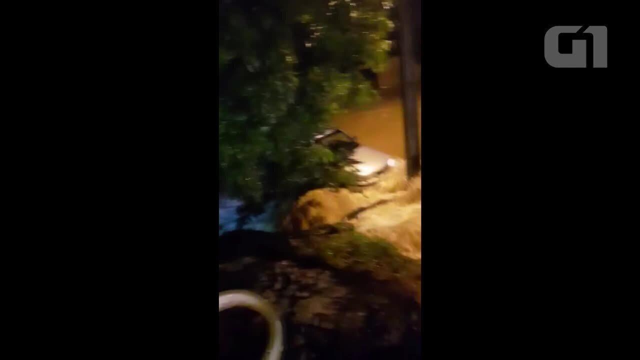 Carro é arrastado pela água em alagamento e motorista é salvo pelos Bombeiros em RO