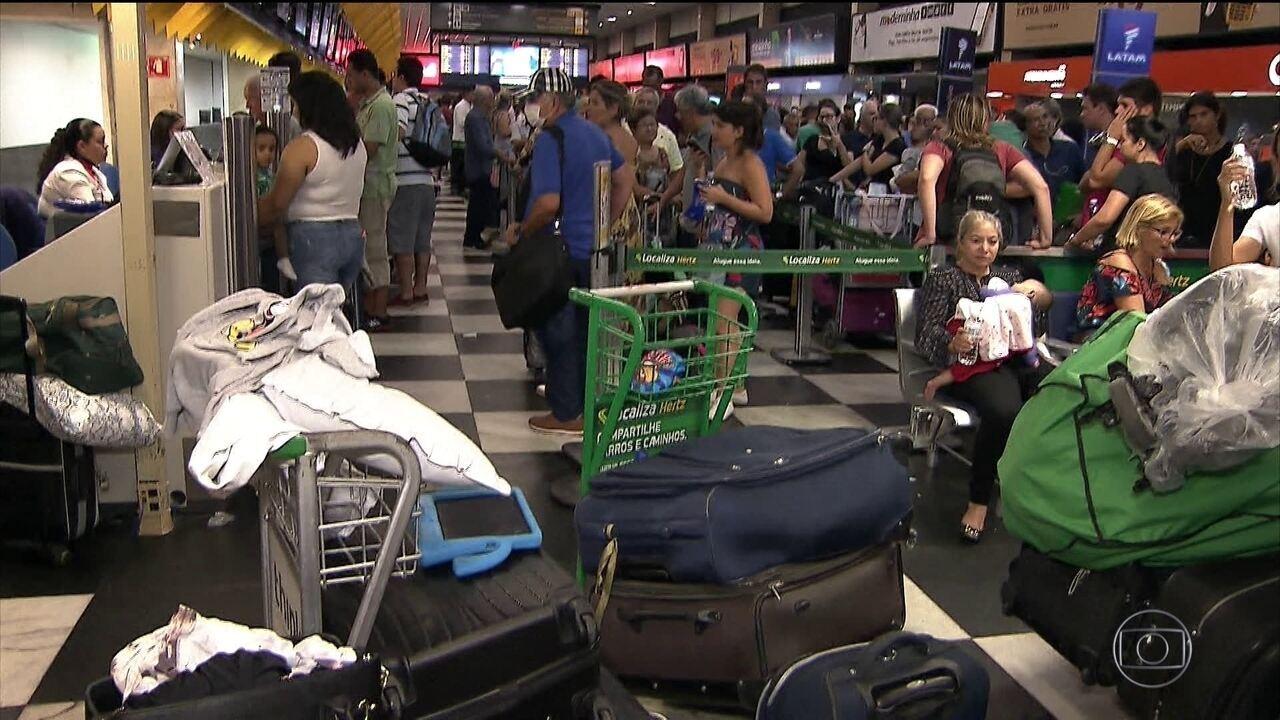 Aeroporto de Congonhas fecha por causa do mau tempo e passageiros dormem no terminal