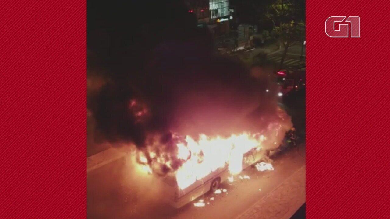 Ônibus pega fogo em Porto Alegre