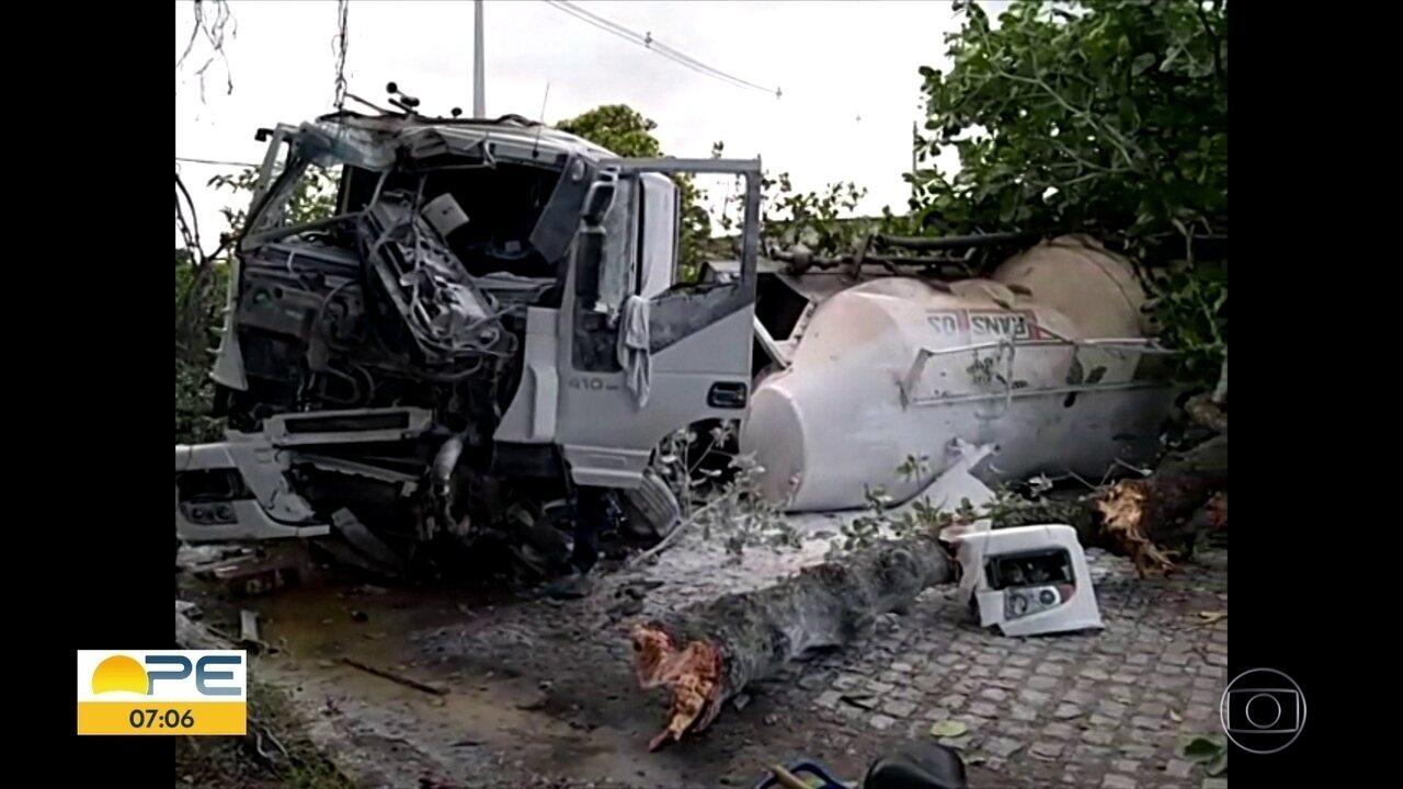 Caminhão sai da pista, invade praça e derruba três árvores no Recife