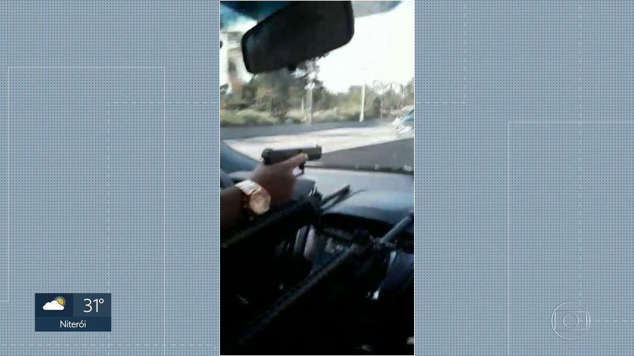 Vídeo mostra bandidos fortemente armados dentro de um carro na Linha Amarela