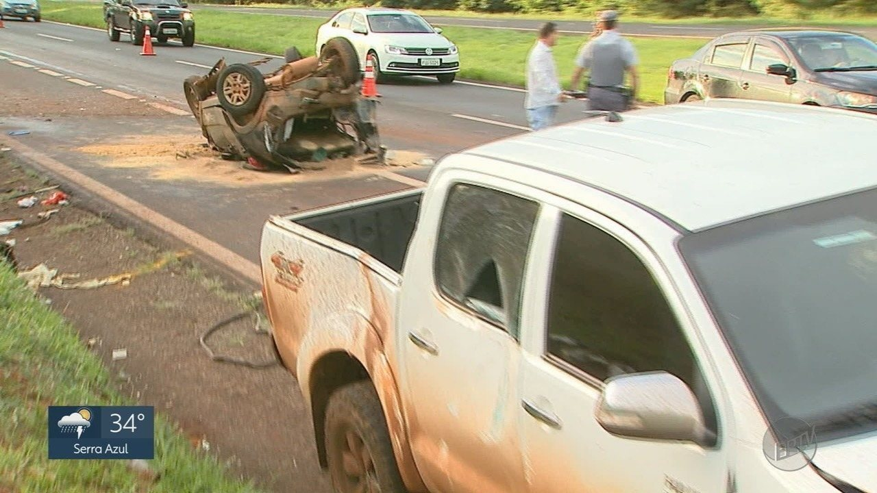 Carro fica destruído em acidente na Rodovia Anhanguera, em Jardinópolis (SP)