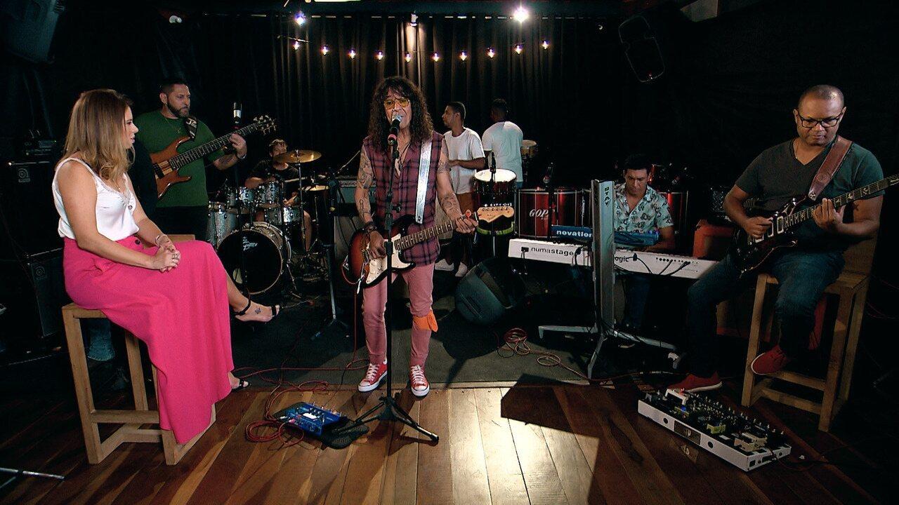 Luiz conta que tem mais de mil músicas gravadas; depois, ele canta