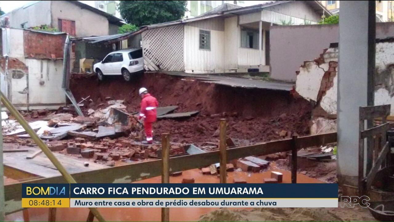 Carro fica pendurado depois de chuva em Umuarama