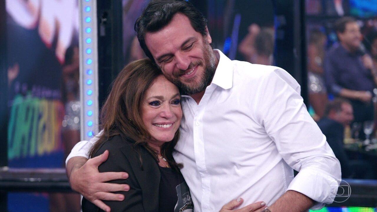 Susana Vieira recebe beijos de convidados e da plateia do 'Domingão'