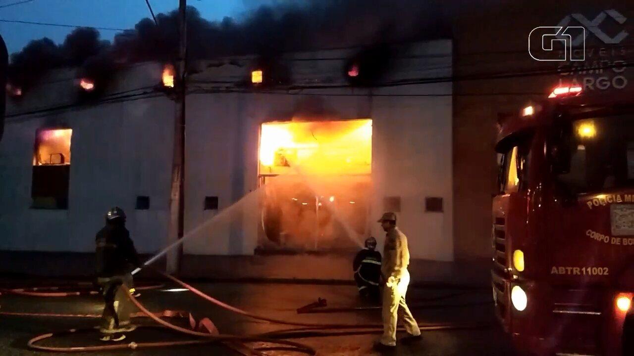 Incêndio atinge loja de móveis em Curitiba