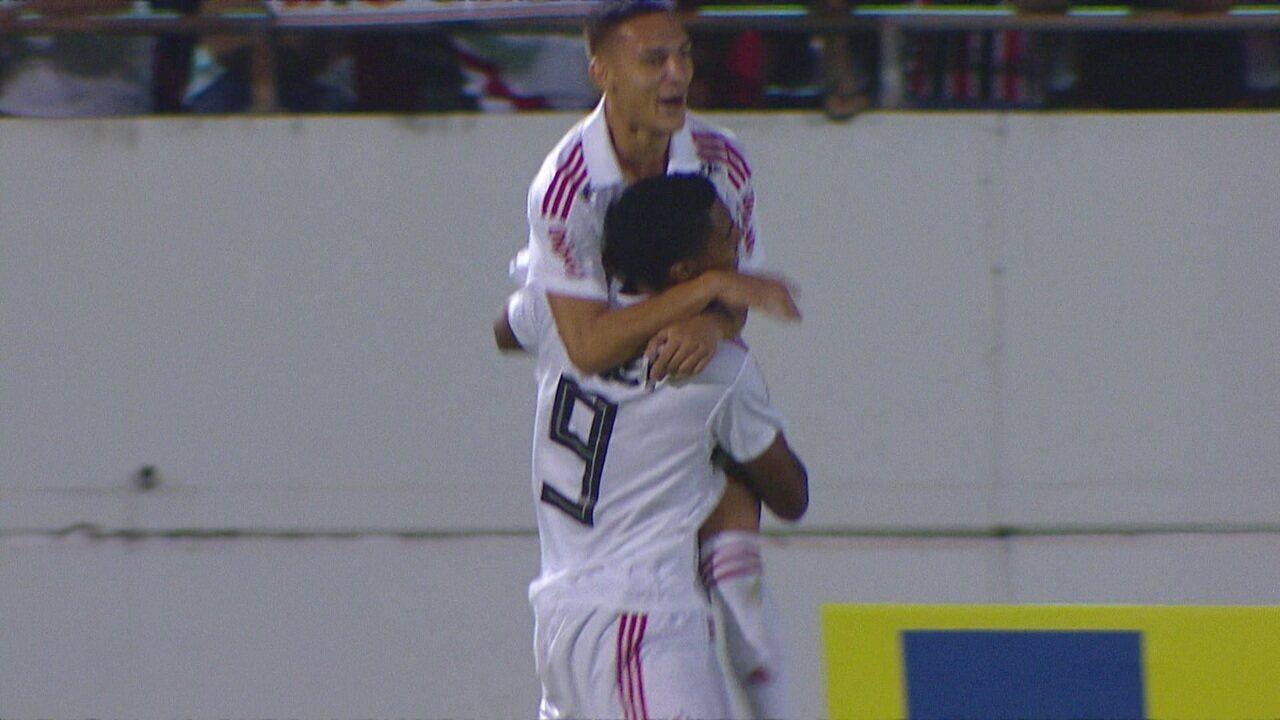 Gol do São Paulo! Gabriel Novaes sobe bem e abre o placar aos 8 do 1º tempo