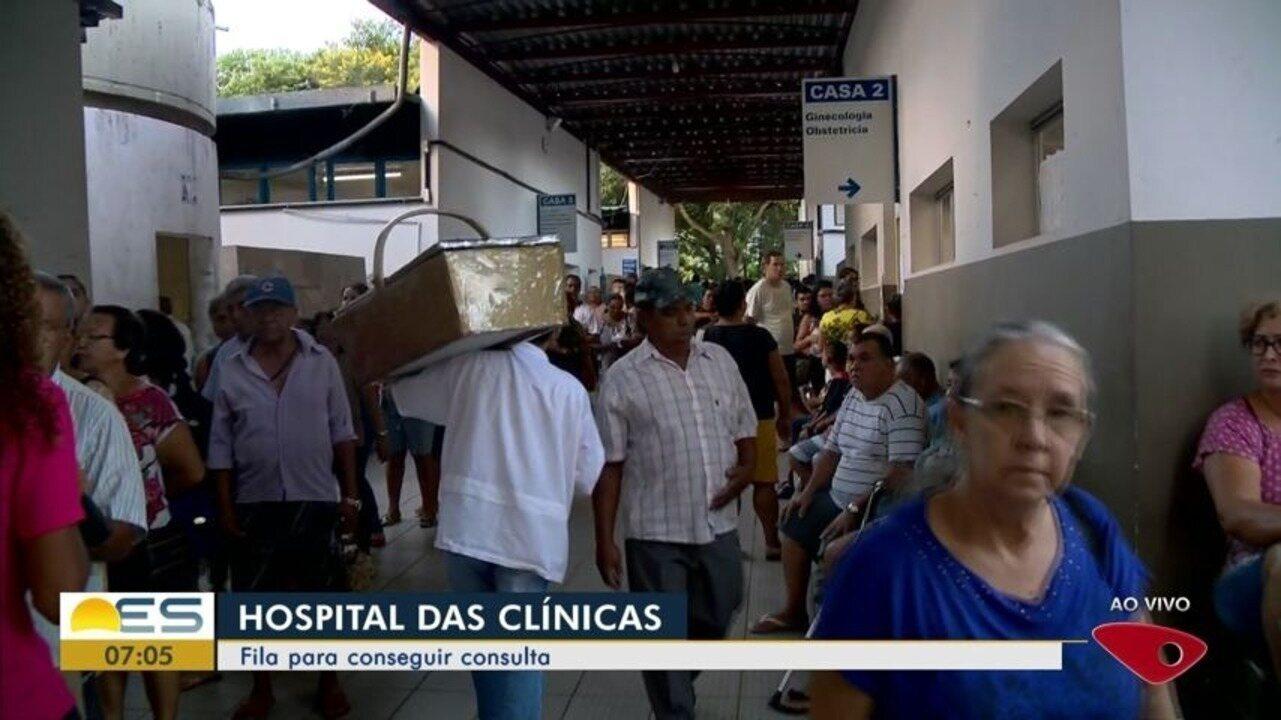 Pacientes enfrentam longa fila para marcar consulta no Hospital das Clínicas, no ES
