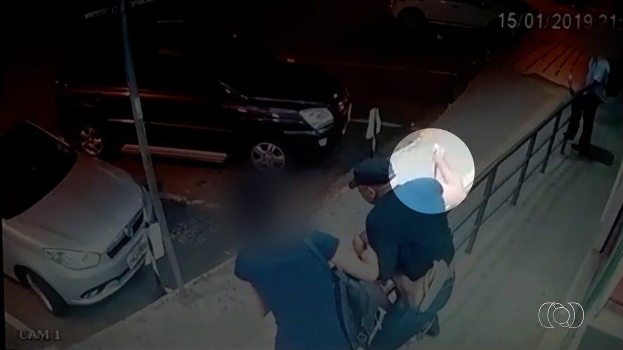Vigilante de farmácia é suspeito de matar a facadas morador de rua, em Goiânia