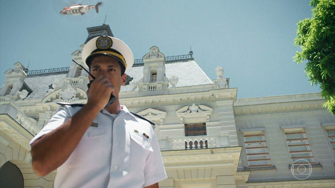 Oficiais da Marinha cercam a mansão de Dom Sabino