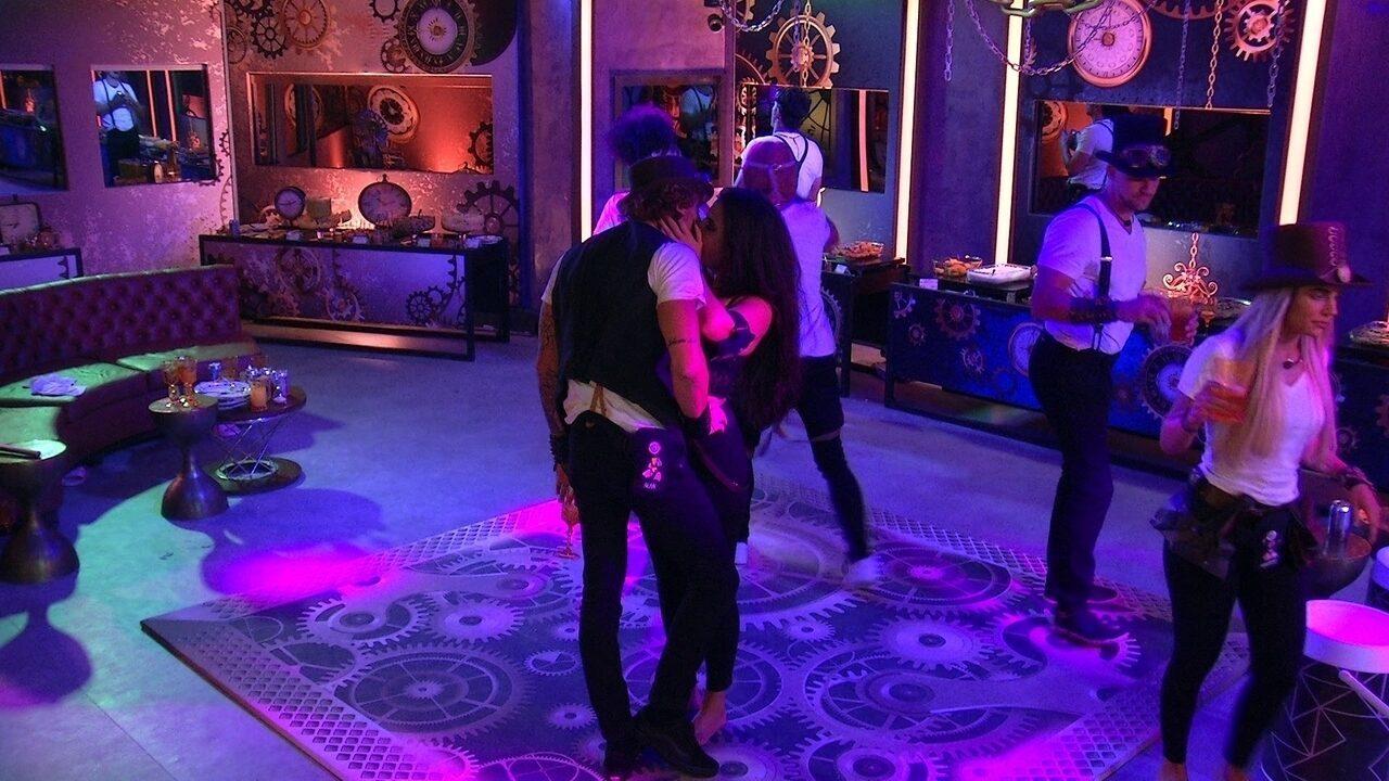 Hana e Alan se beijam