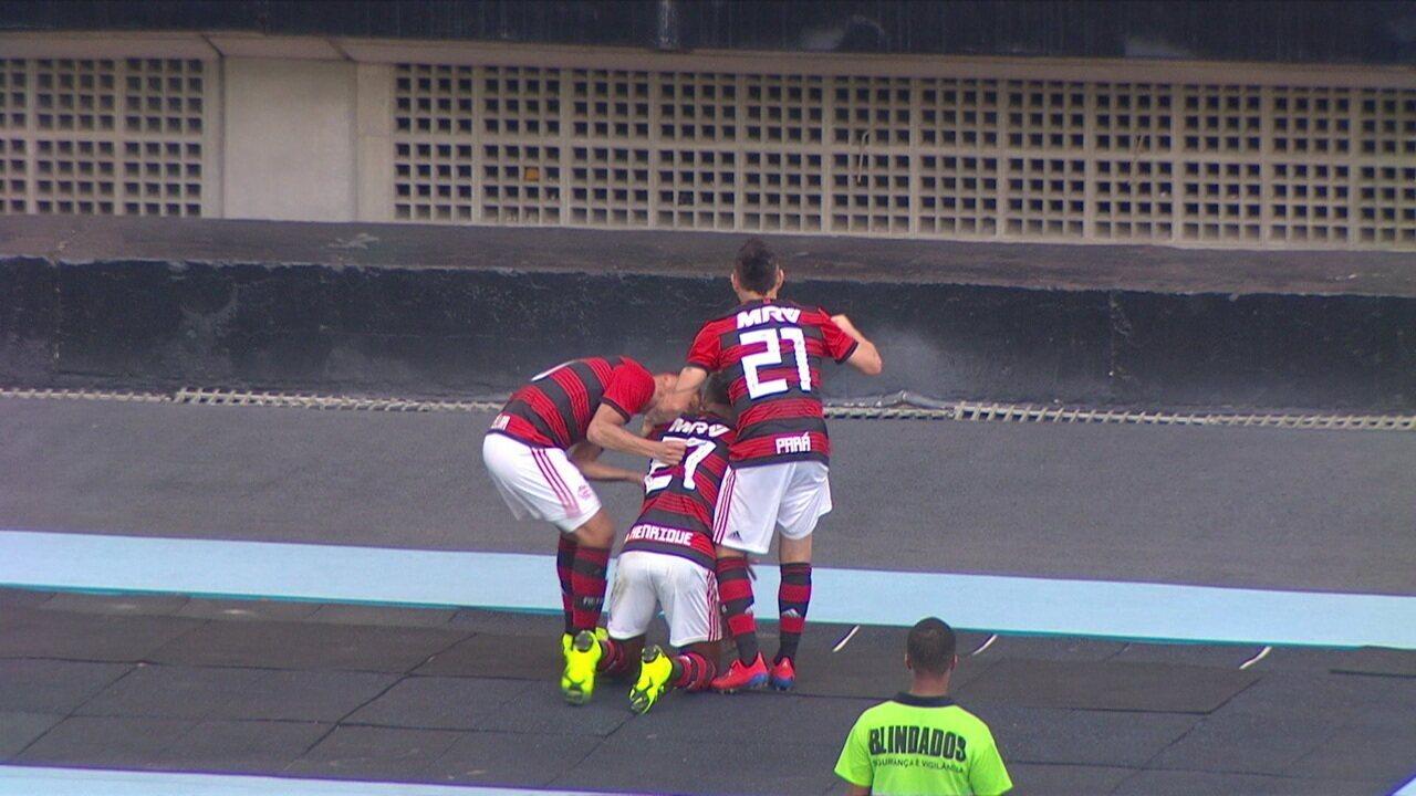 Gol do Flamengo! Bruno Henrique pega a sobra e vira o jogo, aos 25' do 2º tempo