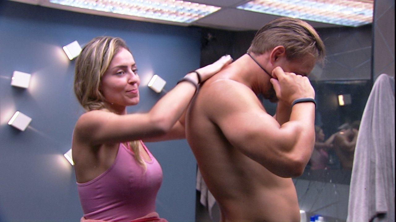 Paula passa hidratante em Diego