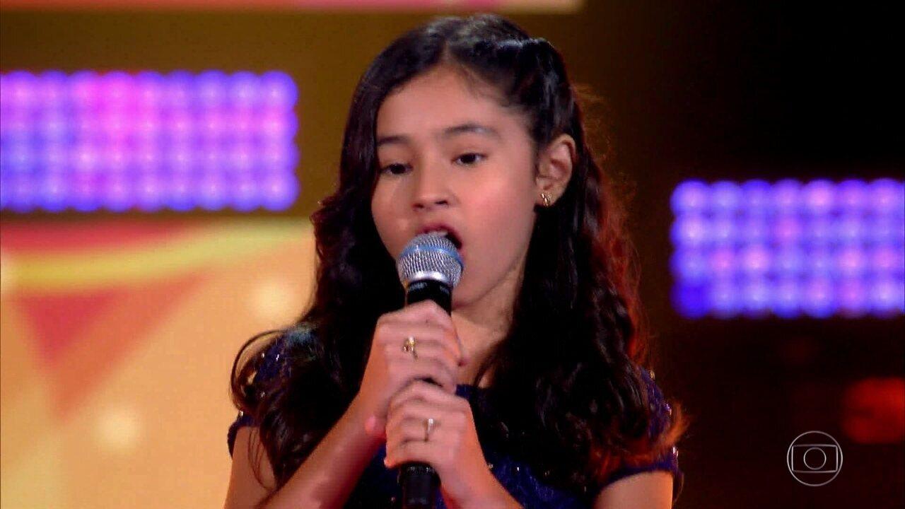 Mari Carvalho canta 'Velha Roupa Colorida'