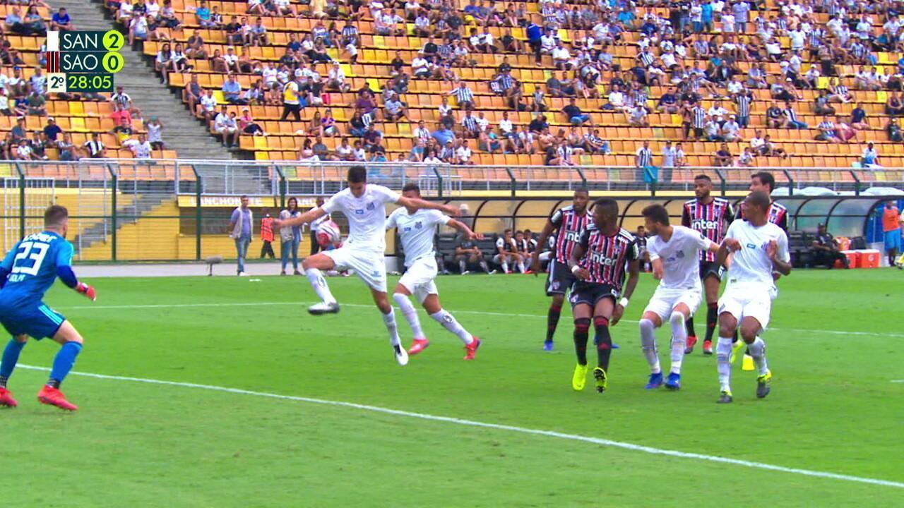 a9bde7243c Santos manda a bola na área e Aguilar quase consegue o desvio para o gol com