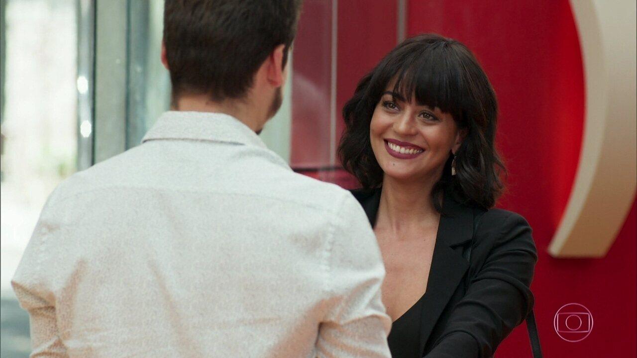 Samuca (Nicolas Prattes) se despede de Waleska (Carol Castro) para viajar com Marocas e conhece Nina