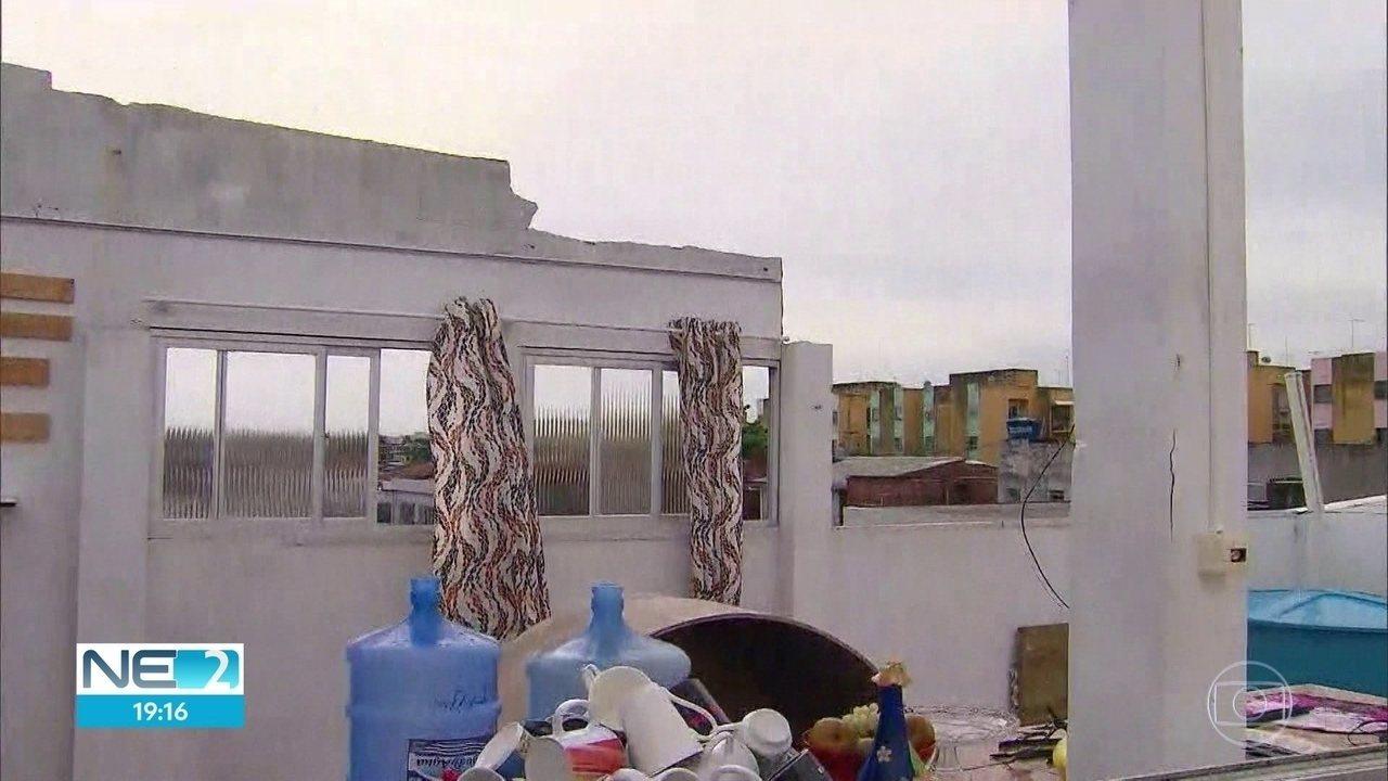 Temporal leva parte de telhado de residência em Jaboatão dos Guararapes