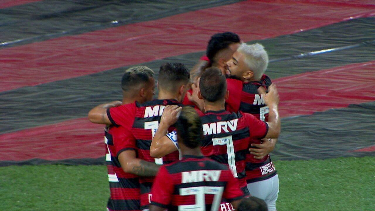 Gol do Flamengo! Trauco invade a área pela esquerda, toca para o meio e Uribe vira o jogo, aos 32' do 2ºT
