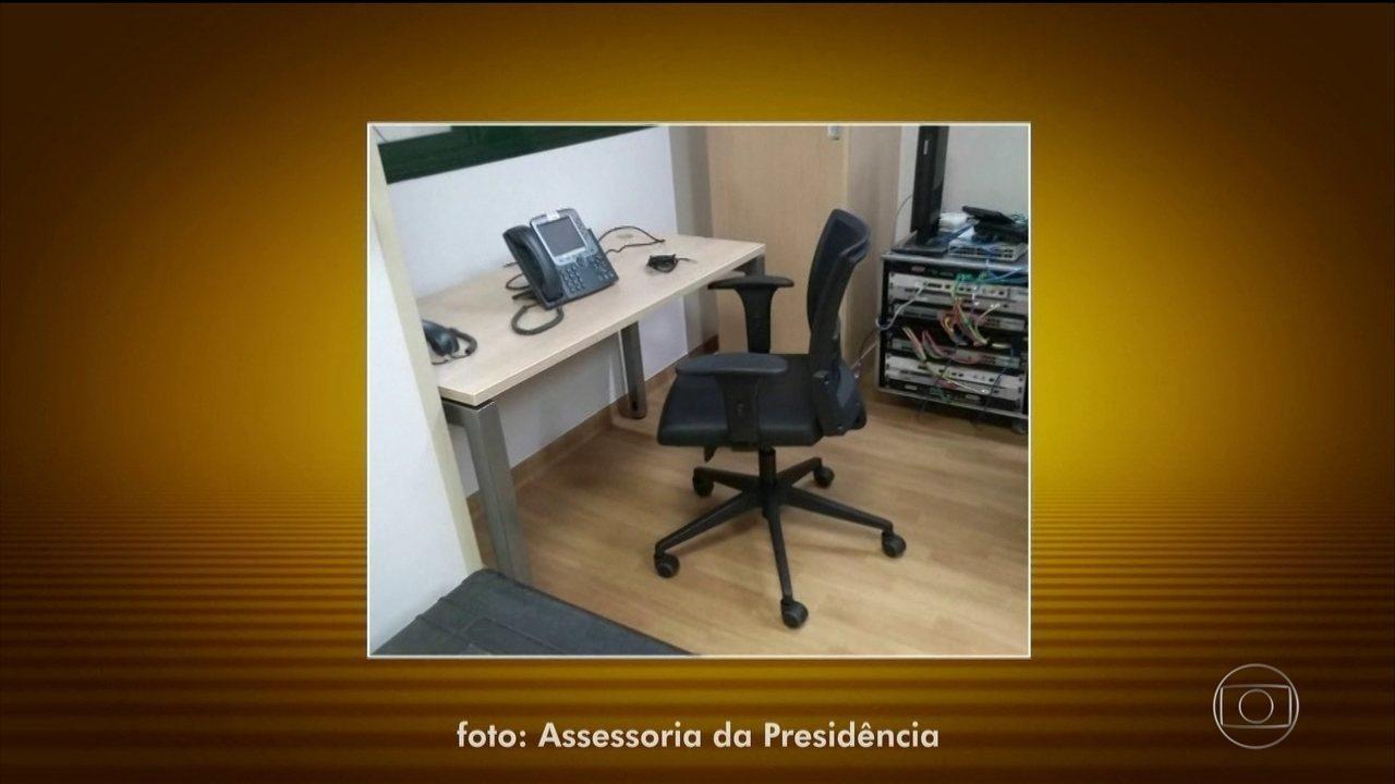 Presidente Bolsonaro reassume as funções e despacha em gabinete improvisado