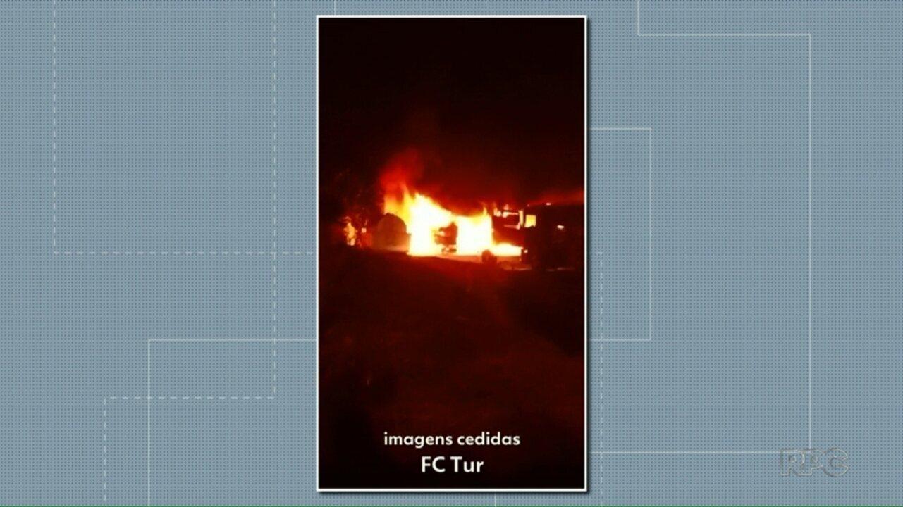Incêndio destrói sete veículos de empresa de turismo