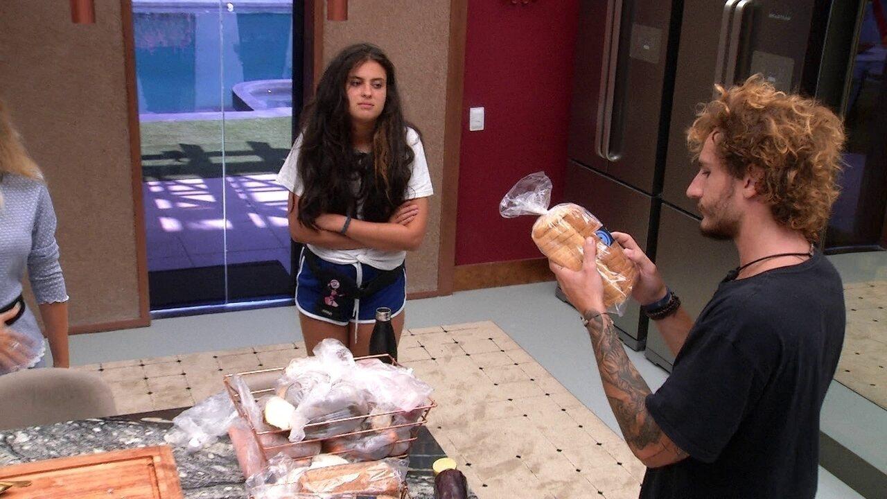 Alan avisa que vai separar pão e Tereza declara: 'Esse é do coletivo'