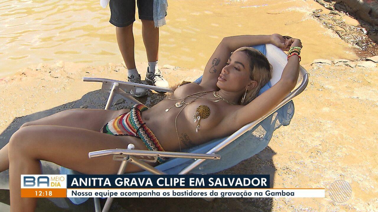 Anitta grava clipe na praia da Gamboa, em Salvador