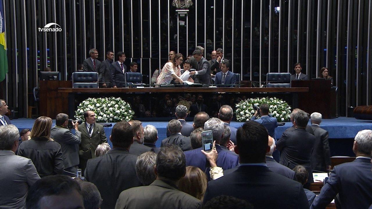 Kátia Abreu pega pasta do presidente da sessão no Senado