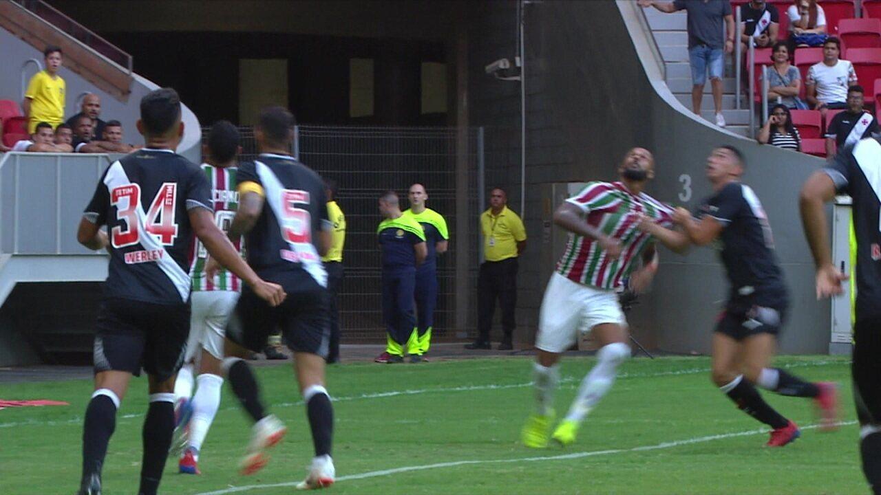 Bruno Silva reclama de pênalti não marcado, aos 9' do 1ºT